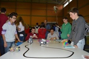 Alunos testando robôs na FICE.